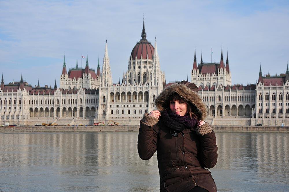 Devant le splendide Parlement de Budapest