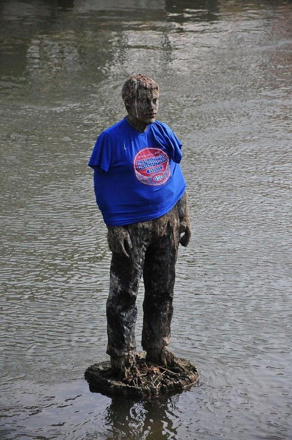 """De nombreux étudiants se donnent pour défi d' """"emprunter"""" une barque et d'aller vêtir cette statue de vêtements à l'effigie de leur association étudiante..."""
