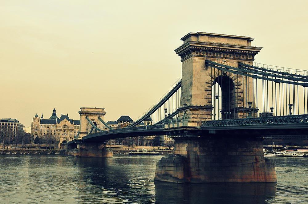 Le pont des Chaînes s'étend sur 375 m de longueur!
