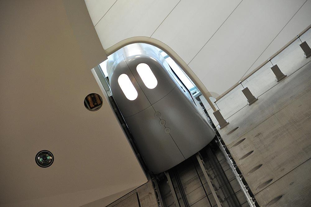 ascenseur futuriste musée Mercedes Stuttgart