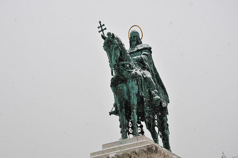 Etienne 1er, le premier roi de Hongrie, est ici représenté chevauchant son cheval, vêtu de son manteau de couronnement, et brandissant la double croix apostolique , symbole de la conversion du pays au christianisme.