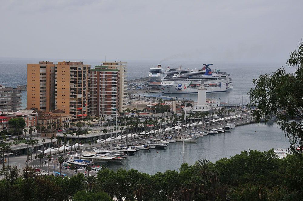 Le port ,la marina, et les gros paquebots prêts à appareiller...