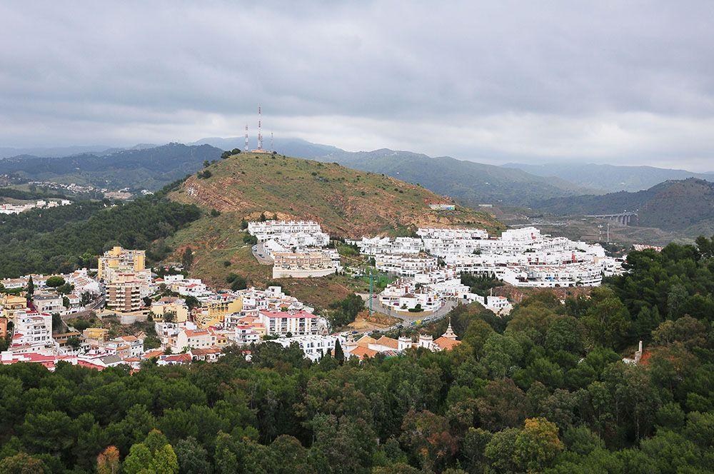 """Les collines environnantes ...et un """"pueblo"""" (village) presque """"blanco"""" (si, si, on y croit^^)"""