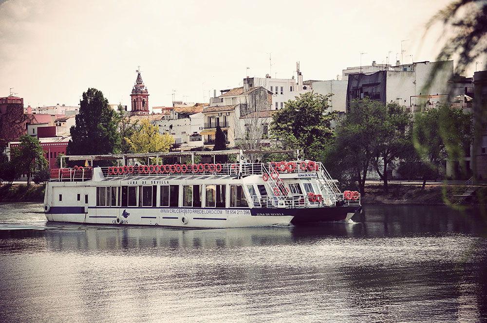Plusieurs types de mini-croisières sur les rives du Guadalquivir sont proposées, pour une  quinzaine d'euros. Les stands sont situés devant la Torre del Oro,  et les embarquements y ont lieu...  Nous avons quant à nous choisi de découvrir les rivages du fleuve en les remontant à pieds...