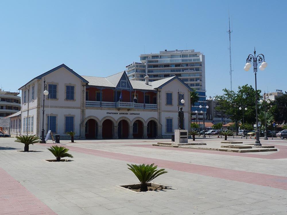 Le centre culturel municipal, le long de la promenade des Phinikoudes.