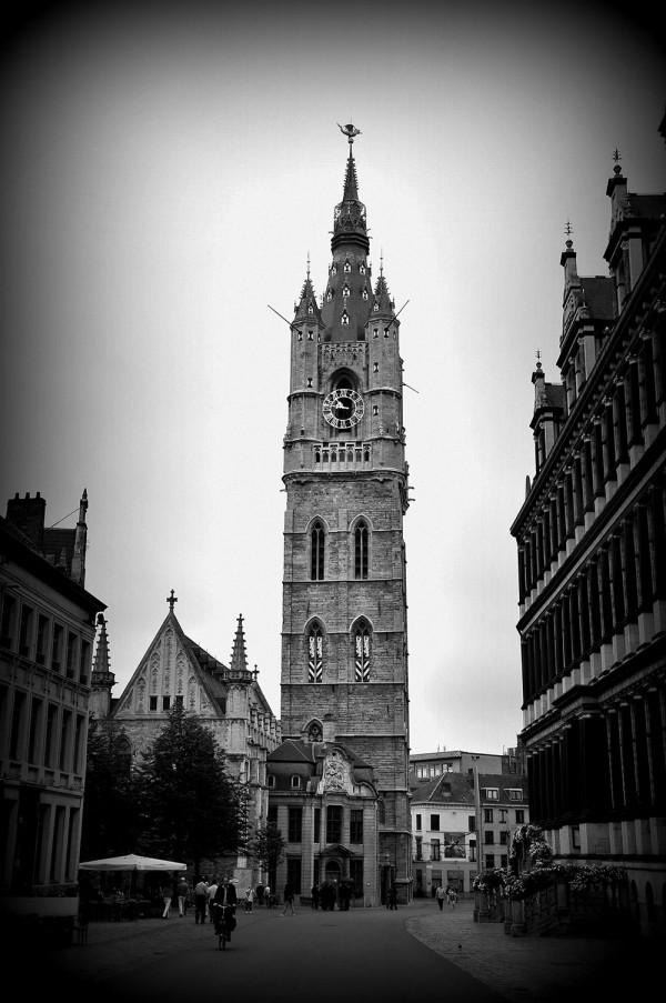 """Le beffroi de gand, une des """"trois tours"""" de la ville (avec la cathédrale Saint-Bayon et l'église Saint-Nicolas), et symbole de l'indépendance de la ville, culmine à 91m."""