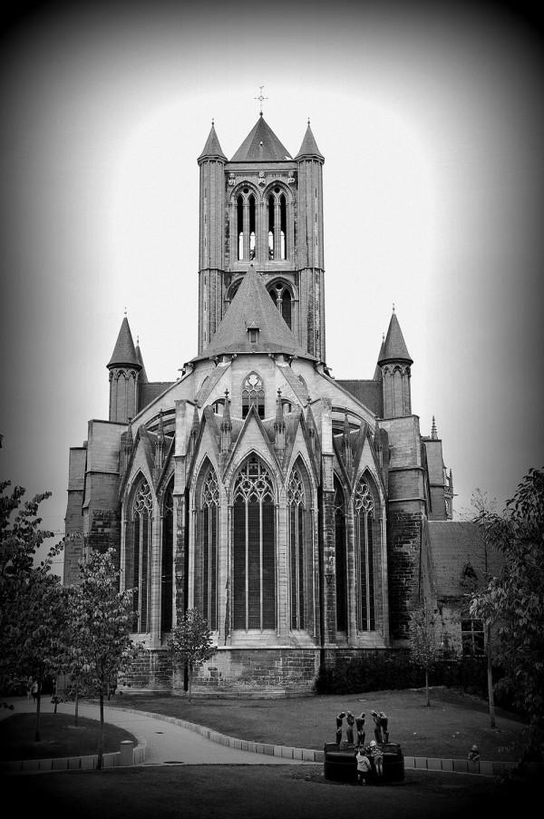 L'église Saint-Nicolas, bâtie en pierres bleues de Tournai, qui se distingue par sa tour quadrangulaire