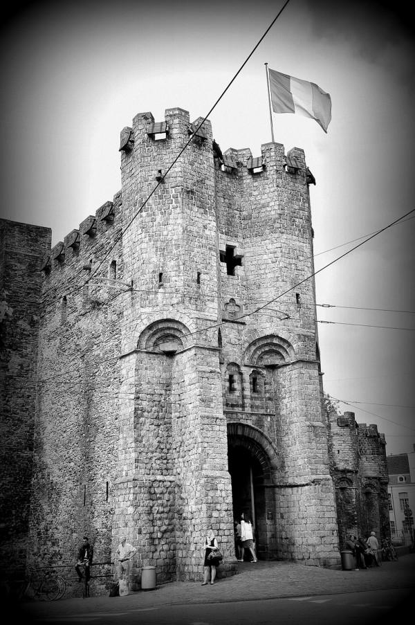 Le Château (-fort) des Comtes de Flandes (6 euros) a été édifié au XIIe siècle, dans le but de protéger la ville. Il a ensuite été reconverti en prison, devenant un haut-lieu de torture, puis…en filature de coton!
