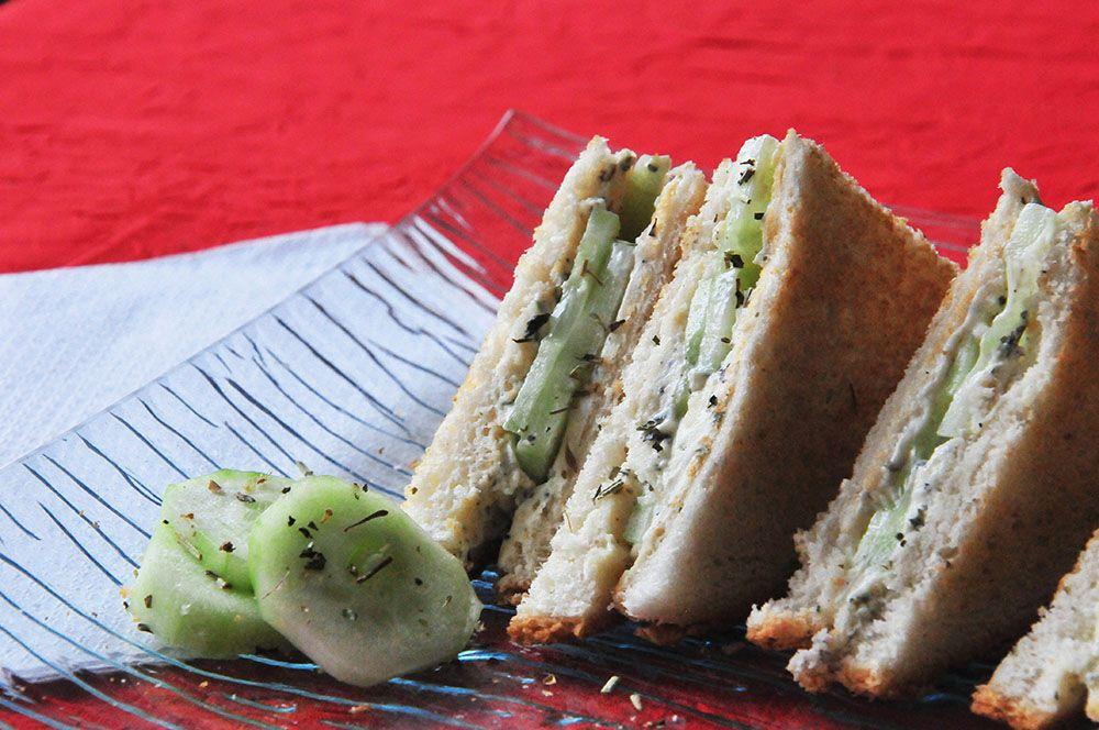 Sandwich club à l'anglaise , concombres et boursin