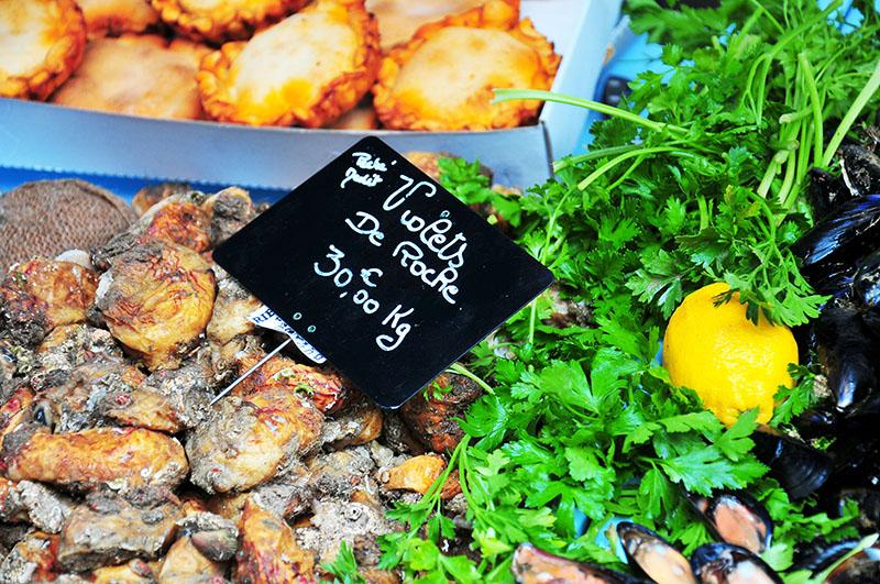 promenade sur les stands du marché d'Arles