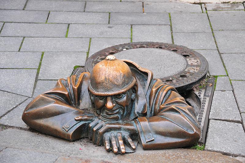 centre-ville de bratislava, statue homme égouts