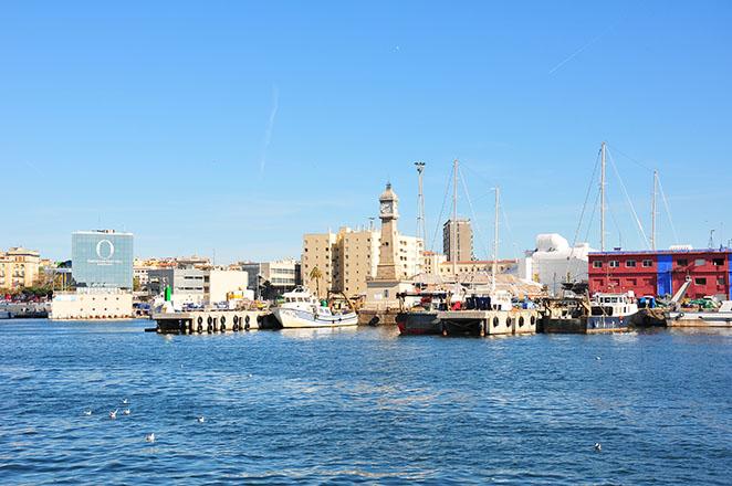 balade sur le front de mer et le long du port vell à barcelone, rambla del mar