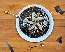 recette de génoise avec poires et crème de chocolat, nappage au chocolat noir