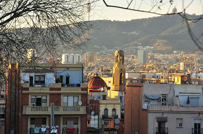 panorama et coucher de soleil à barcelone vus depuis la colline de montjuic