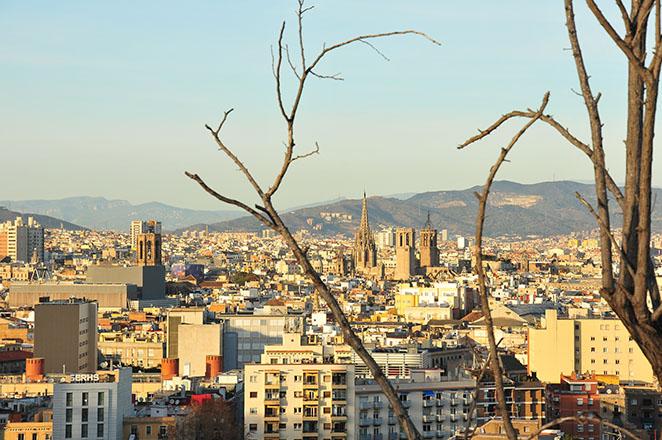 vue sur la sagrada familia barcelone depuis montjuic