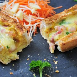 egg boat aux lardons, oeufs cocotte dans une baguette, idée de recette pour le brunch