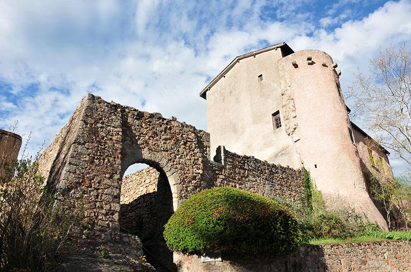 saint-haon-le-châtel, village de caractère dans le roannais, remparts