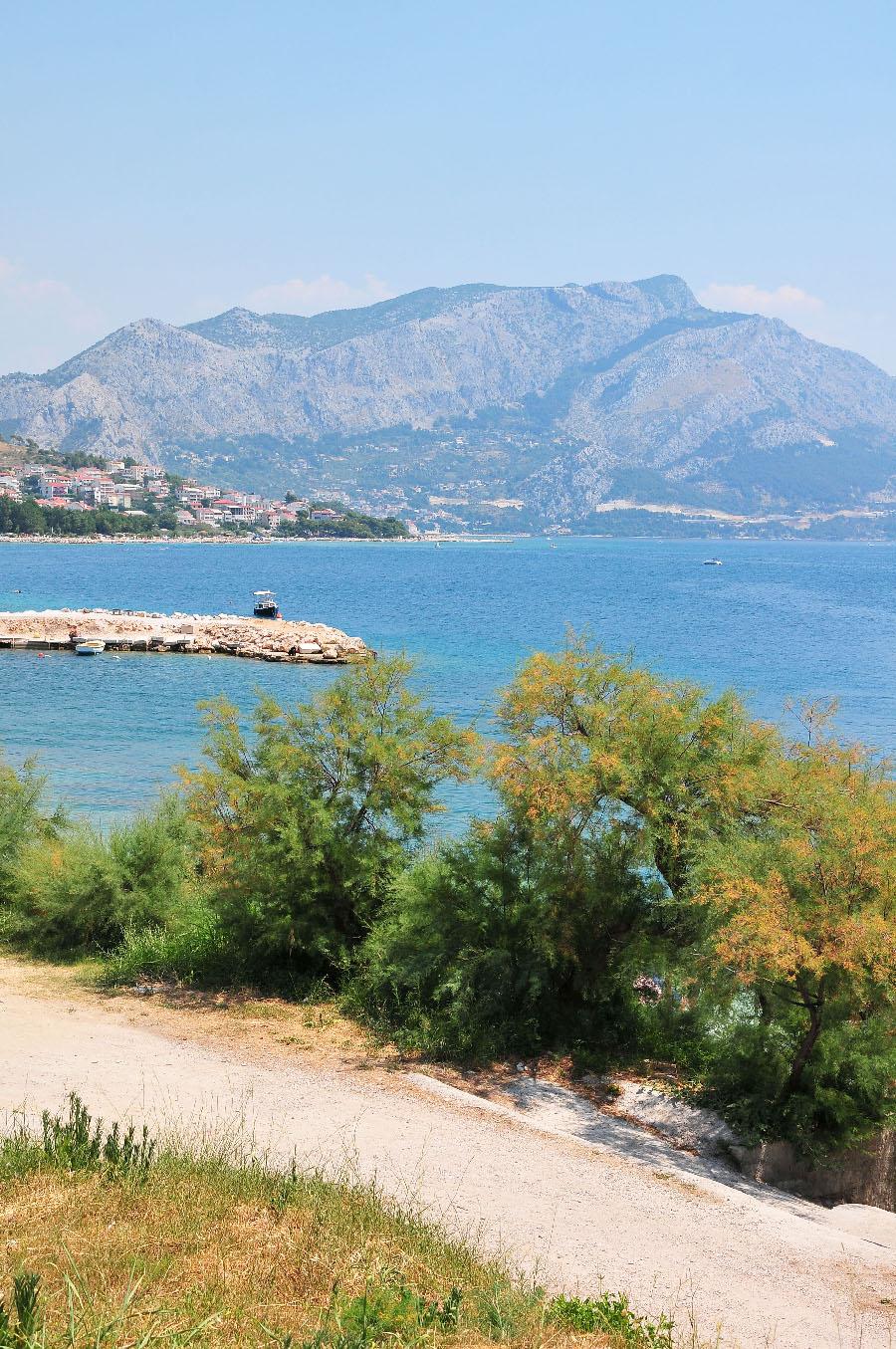 plages de la riviera de makarska, vues sur la montagne du biokovo