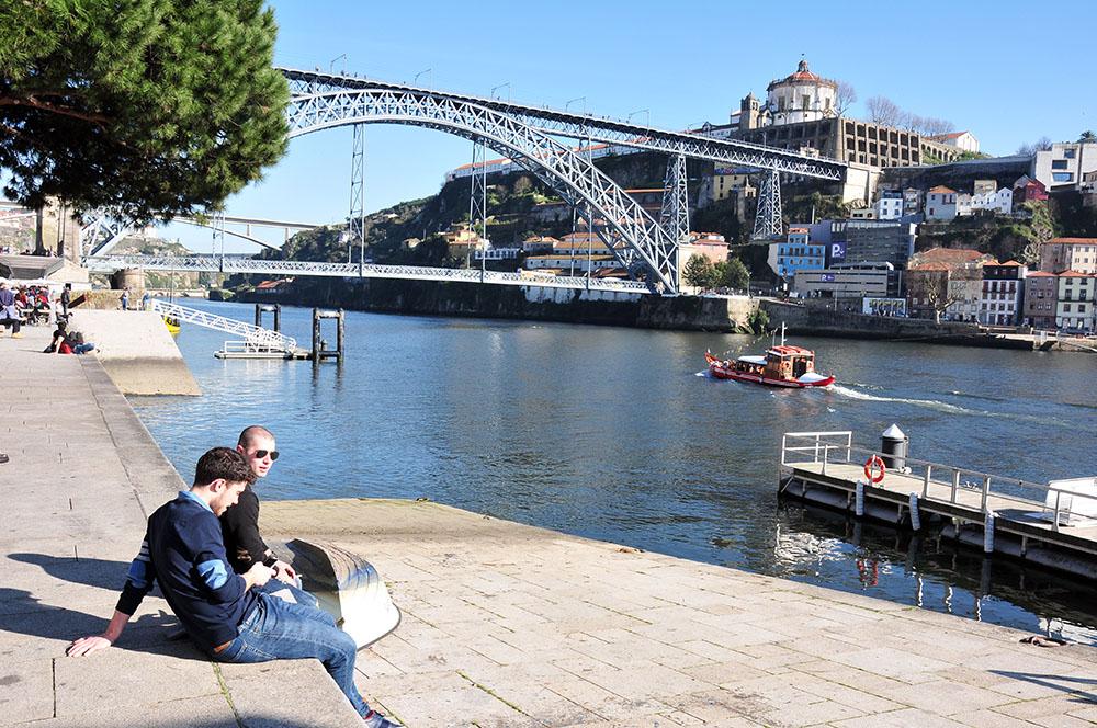 Le long des rives du Douro, Ribeira, vue sur le pont Dom Luis, porto