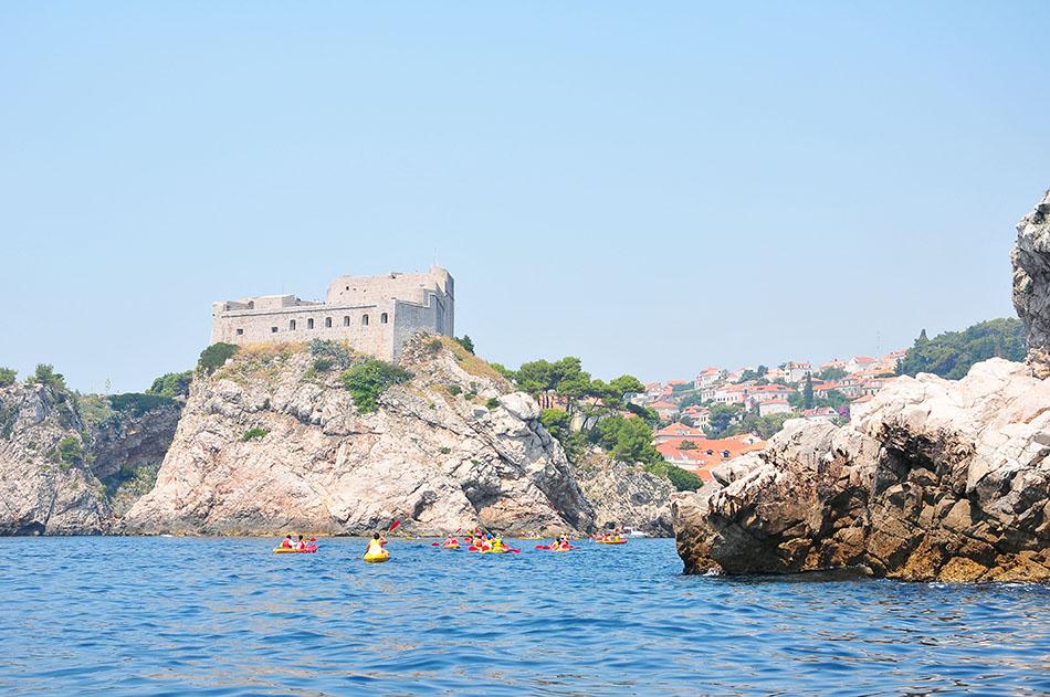 dubrovnik, croisère et vue sur la forteresse et les remparts depuis la mer