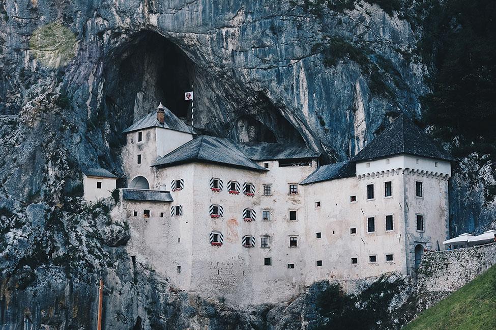 chateau de predjama, slovénie