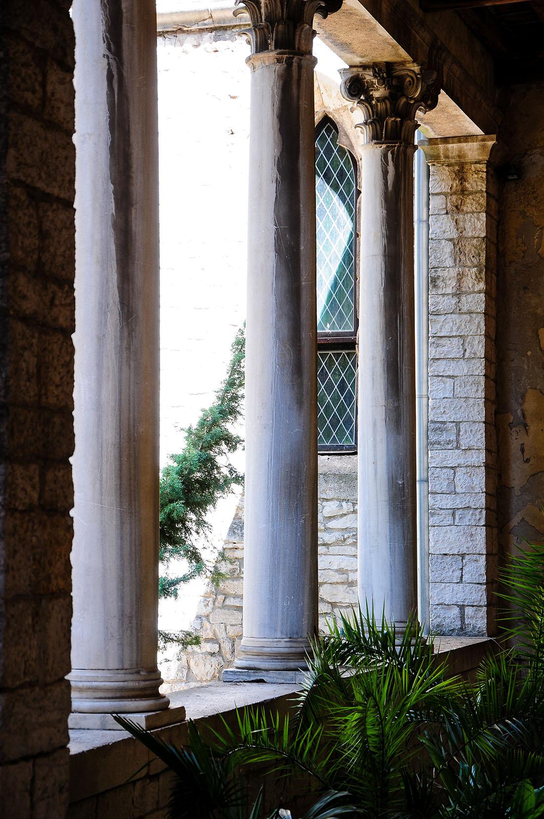 Cour du couvent et de l'église Saint-François, Pula , road-trip en Istrie, Croatie
