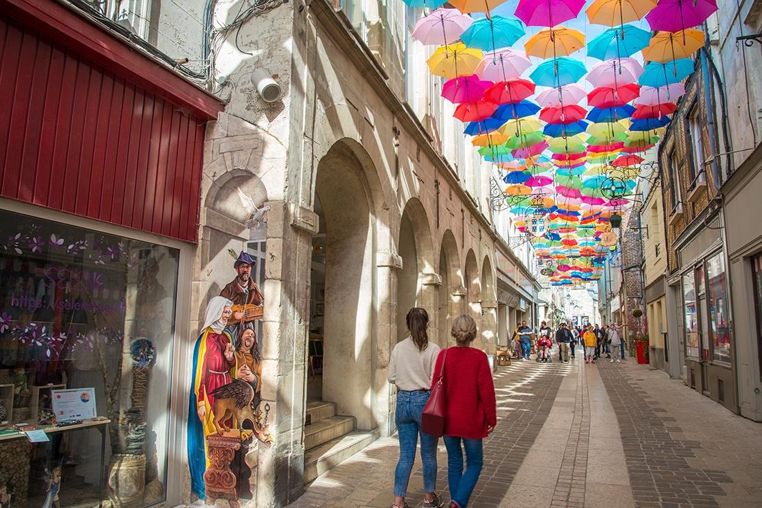 rue châtelaine, laon, parapluies