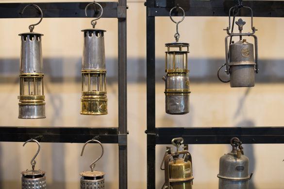 exposition lampes et objets de mineurs proposés par l'association « Sauvons la fosse 13 bis de Lens – Félix Bollaert » à la Maison Syndicale des Mineurs