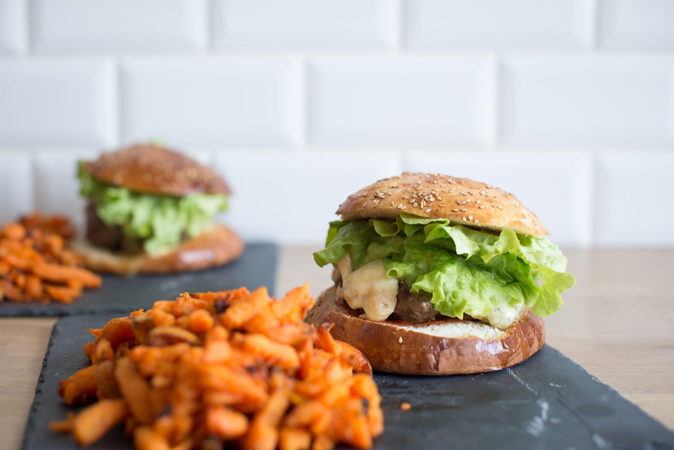 recette : burgers à la fourme d'ambert et buns maison