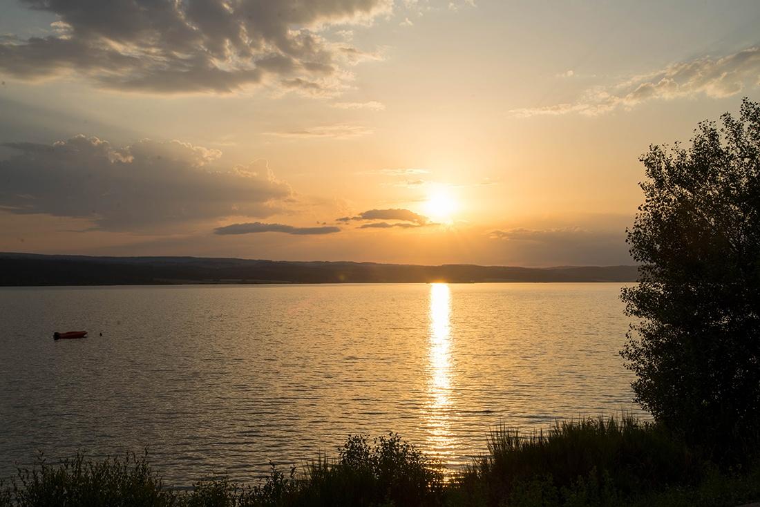 dîner à la table du lac, lozère, lac de naussac, coucher de soleil